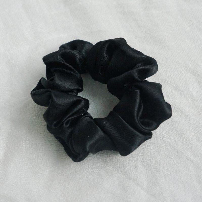 musta hiusdonitsi satiinia